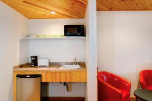 A kitchen or kitchenette at Town House Lodge