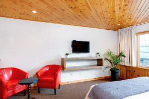 A television and/or entertainment centre at Town House Lodge