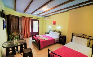 Ένα ή περισσότερα κρεβάτια σε δωμάτιο στο Ενοικιαζόμενα Διαμερίσματα Αργώ