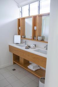 A bathroom at Lizard Island Resort