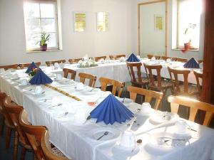 Ein Restaurant oder anderes Speiselokal in der Unterkunft Pension Torgau - Zimmer 5