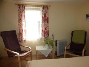 Ein Sitzbereich in der Unterkunft Ferien-Apartment mit Gartenblick