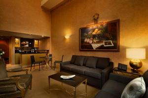 A seating area at Hotel Le Soleil by Executive Hotels