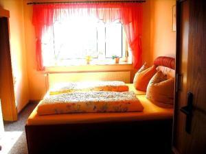 Ein Bett oder Betten in einem Zimmer der Unterkunft Ferienwohnung Thierse