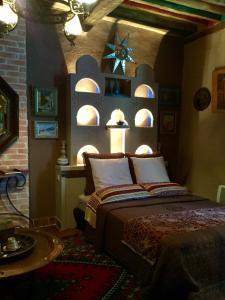 A bed or beds in a room at Au Puits de la Fontaine