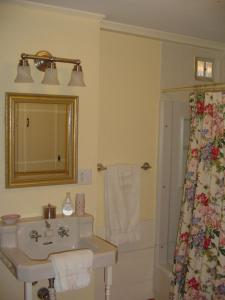 A bathroom at Stephen Clay Homestead Bed and Breakfast
