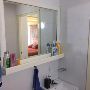 Um banheiro em Flamingo Sunsets Apartment