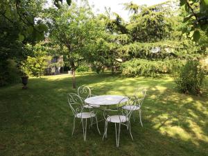 A garden outside Appart'hôtel Le Clos du May