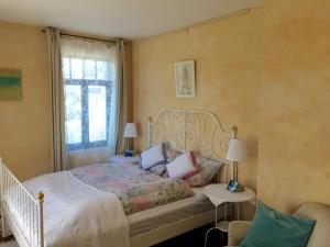 Ein Bett oder Betten in einem Zimmer der Unterkunft Chiemseevilla