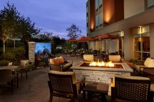 A restaurant or other place to eat at SpringHill Suites by Marriott Pittsburgh Latrobe
