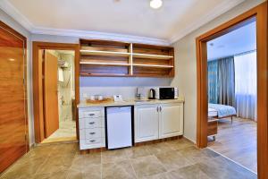 O bucătărie sau chicinetă la Sanli Suite Hotel
