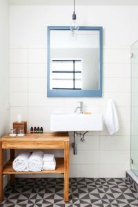 A bathroom at Boro Hotel