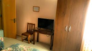 A television and/or entertainment center at Hostal Restaurante El Paso