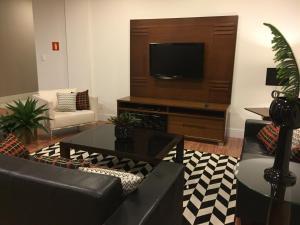 Uma TV ou centro de entretenimento em Serra Negra Palace Hotel
