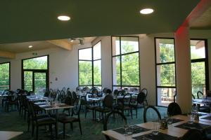 Restaurant ou autre lieu de restauration dans l'établissement Le Pré du Lac