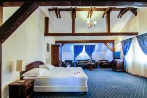 Un pat sau paturi într-o cameră la Pensiunea Gentiana