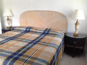 Een bed of bedden in een kamer bij Summerland Suites