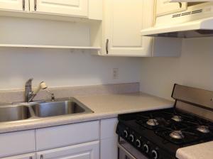 Een keuken of kitchenette bij Summerland Suites