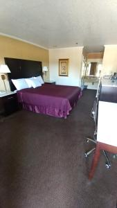 A bed or beds in a room at Executive Inn & Suites Sacramento