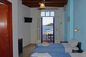 A bed or beds in a room at Faros Rooms