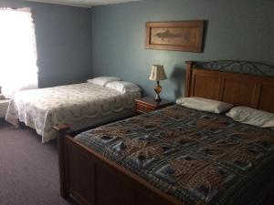 A bed or beds in a room at Chaffee Lodge
