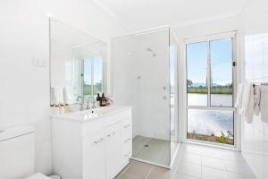 A bathroom at The Lake House @ 201