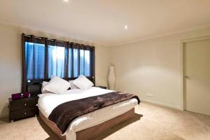 A bed or beds in a room at Blue Cliff Retreat