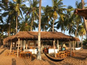 En restaurant eller et andet spisested på Upali Beach Surf Resort