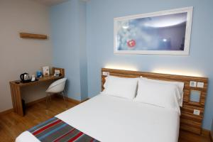 A bed or beds in a room at Travelodge Valencia Aeropuerto
