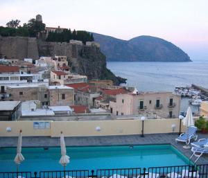 Vista sulla piscina di Hotel Villa Meligunis o su una piscina nei dintorni