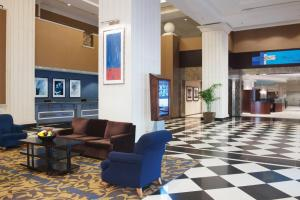 The lobby or reception area at DoubleTree by Hilton Chicago O'Hare Airport-Rosemont