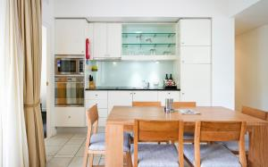 A kitchen or kitchenette at 221 Laguna on Hastings