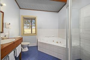 A bathroom at North Lodge Clan Cottage