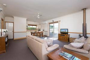 A seating area at Windsors Edge Cottage Pokolbin