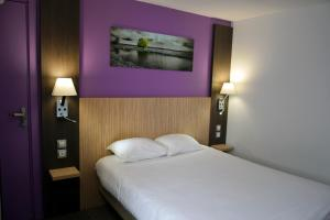 A bed or beds in a room at Hotel Le Seino Marin - Contact Hotel