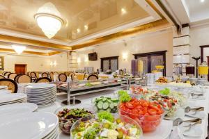 Un restaurante o sitio para comer en Ukraine Hotel