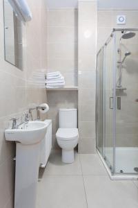 A bathroom at Garryvoe Beach Homes