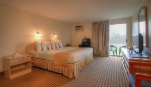 A bed or beds in a room at Seashore Park Inn