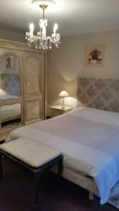 A bed or beds in a room at Les Fleurs de Thann