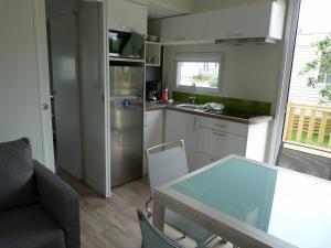 A kitchen or kitchenette at Eté indien-hôtellerie de plein air