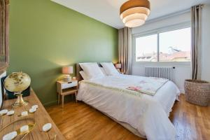A bed or beds in a room at Appartement Le Photographe