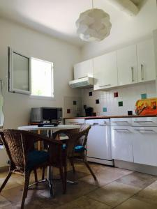 A kitchen or kitchenette at L'Islo Bamboo