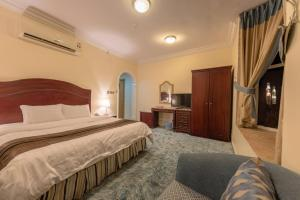 سرير أو أسرّة في غرفة في فندق وكن
