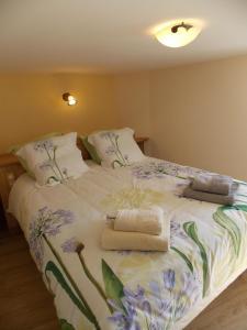 A bed or beds in a room at La Vue De Château