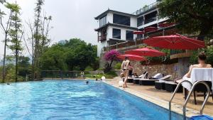 The swimming pool at or close to Li River Resort
