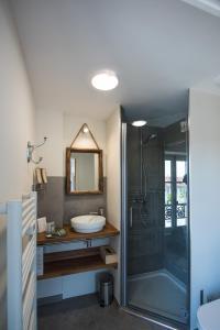 Salle de bains dans l'établissement Hôtel Le Chantilly