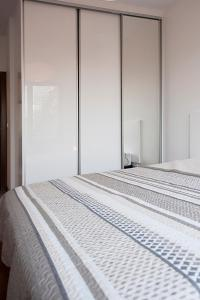 A bed or beds in a room at DOMOTEL MOKOTÓW