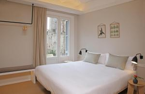 A bed or beds in a room at The Moods Catedral Hostal Boutique