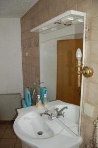 A bathroom at Gästehaus Gukelberger