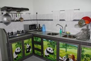 A kitchen or kitchenette at Coastal Park Apartment